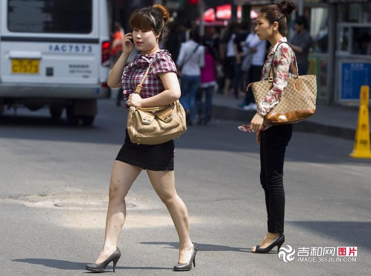 实拍:长春街头美女与恐龙pk大腿