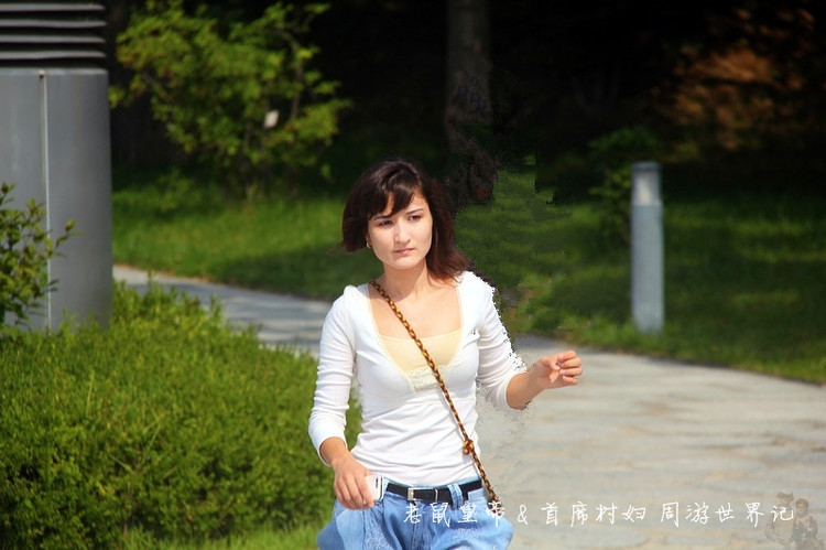 2012年9月22日 韩国首尔梨花女子大学(Ewha University) 最近几天,一则有关国内某地产大佬抛弃老伴,与一位小自己30岁的三流女艺人牵手的消息在网上炒得沸沸扬扬。由此还牵出了一所国内著名的商学院长江商学院。舆论普遍认为,入读这所学院是渴望傍上超级款爷的妙龄女子的最佳路径。更有好事者对该学院的LOGO作了精辟的解析:横竖都是小三,纠缠不清。 其实,此类学校并非中国专利,我们的近邻韩国就有。 不过,人家培养的可不是小三,而是名副其实的国母。 如果说韩国哪所大学最神秘最引人注目,非首尔梨