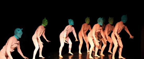 """《虫子们都疯了》演出照,演员都不是专业舞者,而是来自社会上的各个行业,""""以舞蹈的方式,来跟自己的身体对话""""。"""