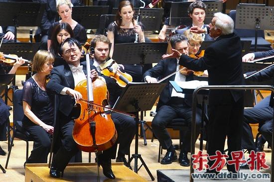 大提琴家王健(左)与指挥家阿什肯纳齐(右)同台。 早报记者高剑平 图