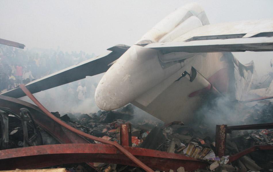尼日利亚一架客机3日在拉各斯机场附近坠毁,机上153人全部遇难,并造成地面至少40人死亡。记者从有关方面获悉,客机上有6名中国乘客遇难。