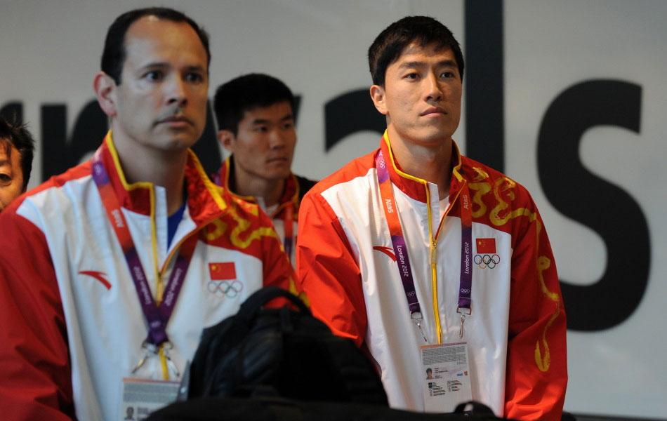 北京时间8月3日,中国田径运动员刘翔与教练孙海平等人飞抵伦敦,准备征战伦敦奥运会。