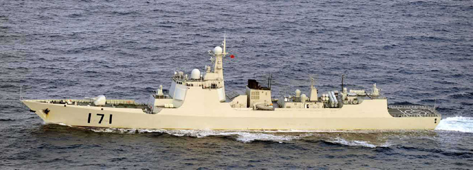 中国最新型导弹舰驶过冲绳
