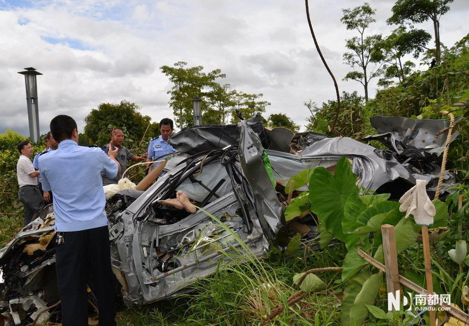 惠东县一轿车穿越断头路 飞出近70米坠江 - 雷石梦 - 雷石梦(观新闻)