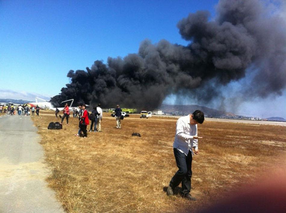 一架韩亚航空客机6号上午在美国旧金山机场降落时失事滑出跑道,机身翻转,据韩国联合通讯社报道,客机载有292名乘客和16名机组人员。目前造成2人死亡,数百人受伤。据中国驻旧金山领事馆初步核实,失事的航班上有141名中国公民,包括34名高中学生和1名教师。图为江山中学一女生在现场拍回的照片。