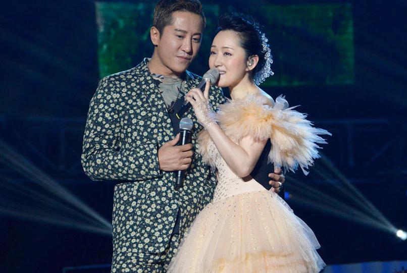 杨钰莹演唱会与 毛宁 深情拥抱