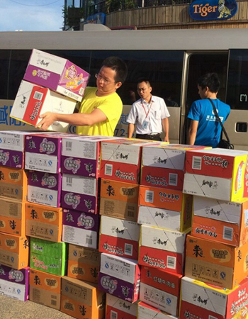 凤凰海南员工与志愿者一起搬运救灾物资