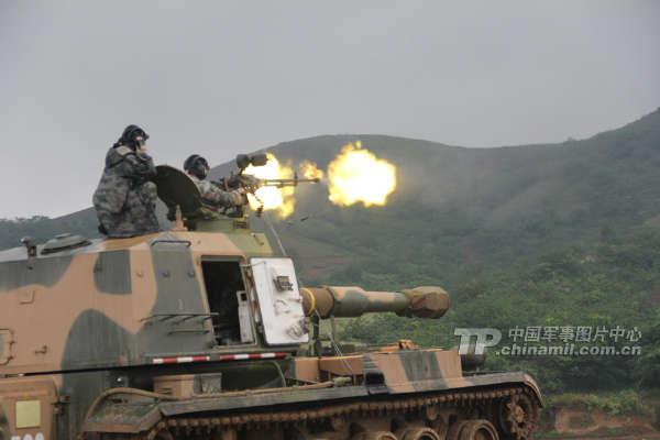 南京军区某团组织官兵冒雨进行实弹射击训练