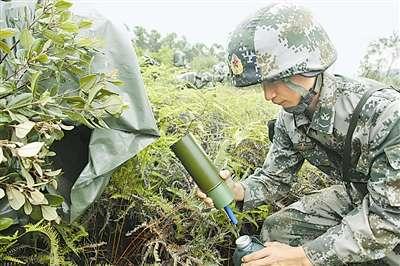 广州某团野外训练使用露水收集器在战场上找水喝