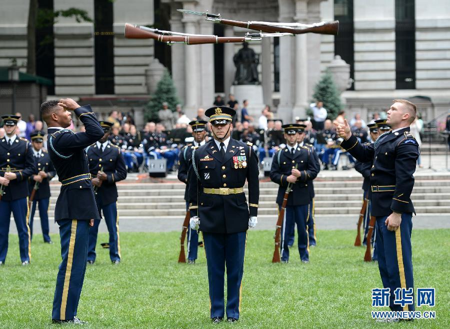 欧美大操_美国庆祝陆军建军238周年 在纽约举行操枪表演