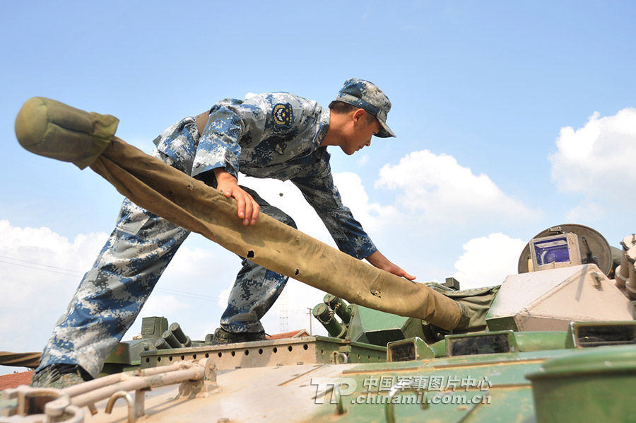 空降兵某师野营驻训分队进行炮兵和通信兵训练