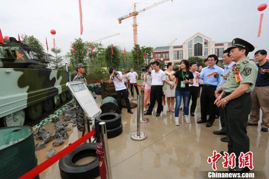 歼-10战机等国产武器亮相广东惠阳 市民冒雨参观