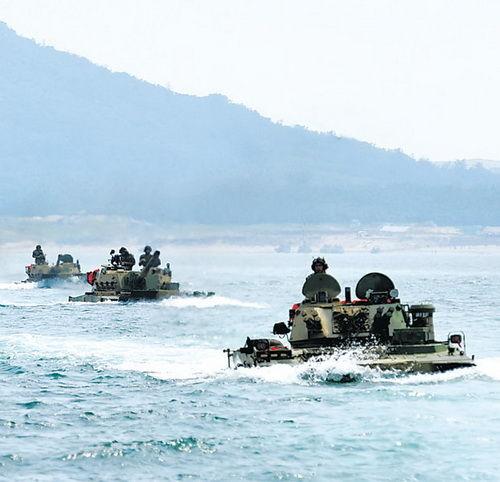 新型两栖战车加装北斗系统 进行登陆作战训练