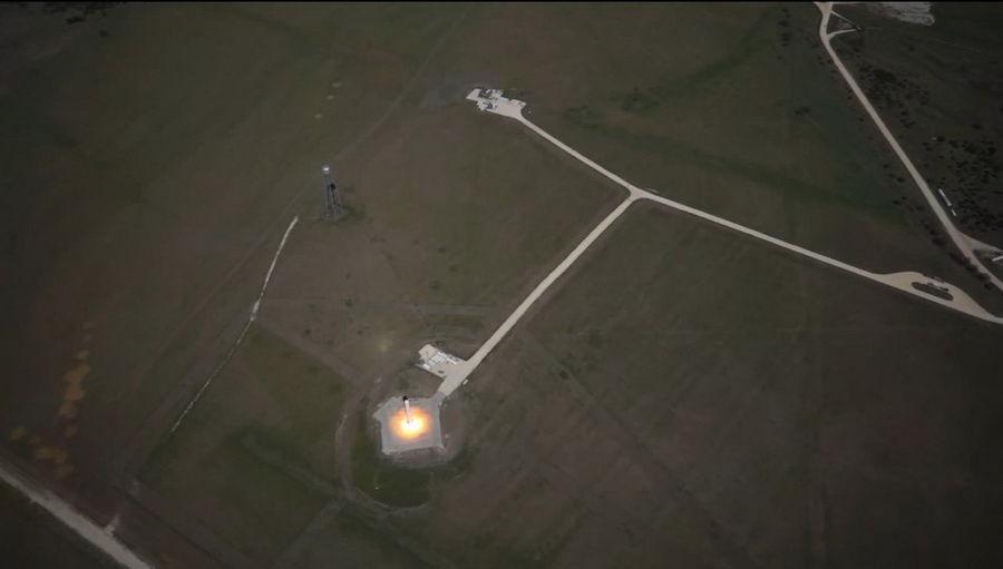 """据美国SpaceX公司发布消息称,在10月7日的测试中,SpaceX公司研发的""""蚱蜢""""火箭完成了""""第八跳"""",在发射测试中成功升空744米,随后准确降落到发射台上。(来源:中国网)"""