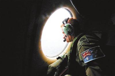 马航/澳大利亚方面表示,目视是目前发现疑似物体的主要搜索方式供图/...