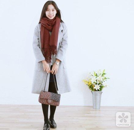 红色的羊绒围巾搭配灰色翻领大衣温婉优雅