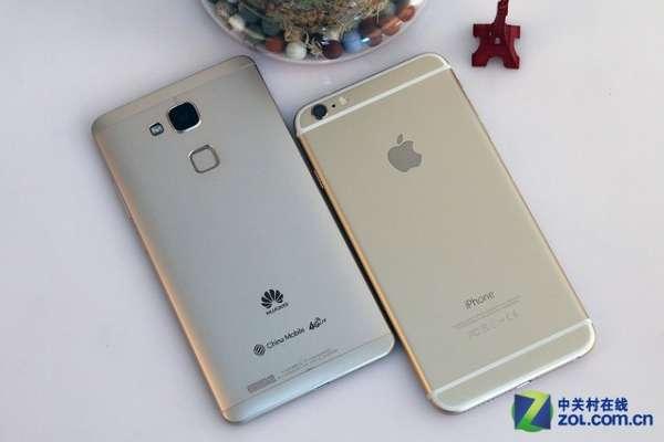 """左侧对比 而华为Ascend Mate7相比前几代Mate有着不小的进步,首先摆脱了塑料材质,转而采用航空级金属铝材,并运用了喷砂和二次阳极氧化工艺,倒角处采用CNC高精度钻切,算是有了几分""""高帅富""""的模样,至少在外观方面,华为Ascend Mate7是不输给苹果iPhone 6 Plus的。"""
