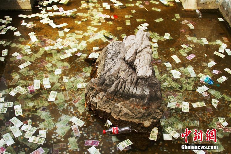 河南洛阳:香山寺许愿池被游客投满许愿钱