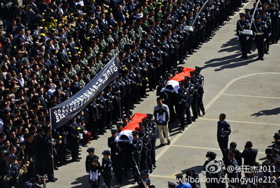 前来为该县因公牺牲的两位民警李云祥、张建作举行遗体告别仪式.