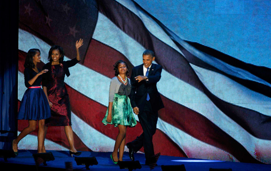 当地时间11月7日,美国芝加哥麦考米克会展中心,奥巴马在胜选后携家人亮相。