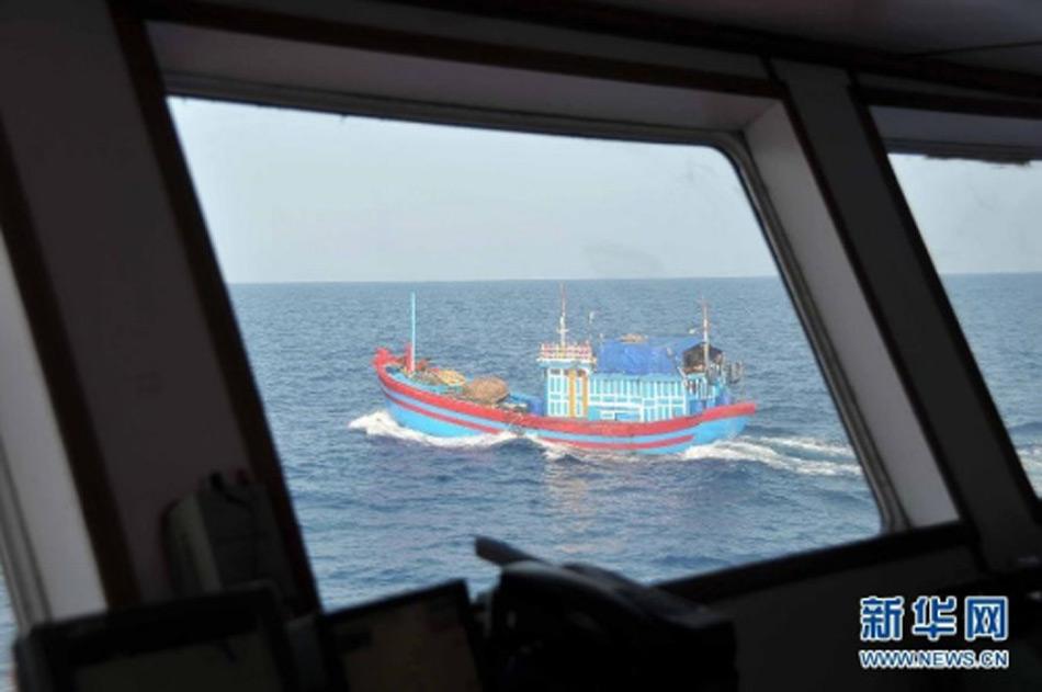 """越南外交部25日发表声明称,该国一艘渔船20日在西沙群岛争议海域捕捞时遭中国舰船""""枪击"""",表示""""强烈抗议并要求赔偿""""。声明称,开火导致越南渔船着火。图为在中国海监船上可以看到非法作业的越南渔船。"""