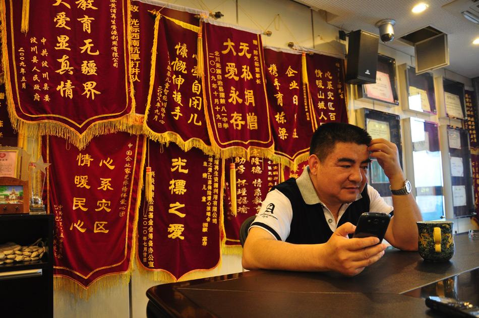 """4月16日,陈光标在南京接受凤凰网独家对话。次日,他向南京市民捐赠5000辆环保自行车,并希望今年能做""""低调慈善,只做不说。""""陈光标说,自己什么都想争第一。得了一本荣誉证书,就想得第二本,有了第二本就想得第三本。""""每个人心目中都有一个追求,我追求钱的欲望真的不是很高,我追求荣誉的欲望很高。""""图为陈光标办公室内景。李杨/摄"""