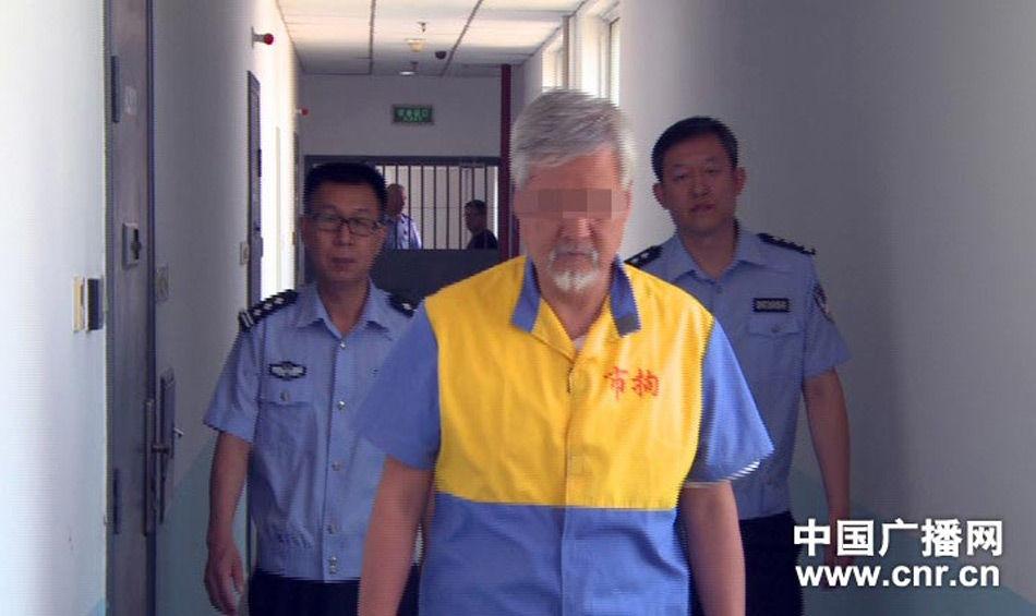 """据中国之声《新闻纵横》今日关注,今年8月下旬,北京警方根据群众举报线索,采取连续行动。在北京市朝阳区安慧北里居民楼内发现多个涉嫌卖淫嫖娼的场所,先后控制了27名违法犯罪嫌疑人。其中包括一名头发花白的老年男子薛某某。在审讯中,男子供述他是网络大V""""薛蛮子""""。"""