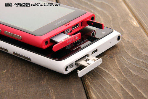 要注意的是lumia 900使用和iphone 4s一样的microsim卡,如果是普通si