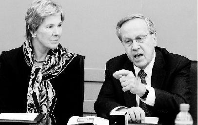 美国耶鲁大学校长莱文、副校长罗琳达(左),就当前美国的大学教育问题,接受采访。 尹炳炎 摄
