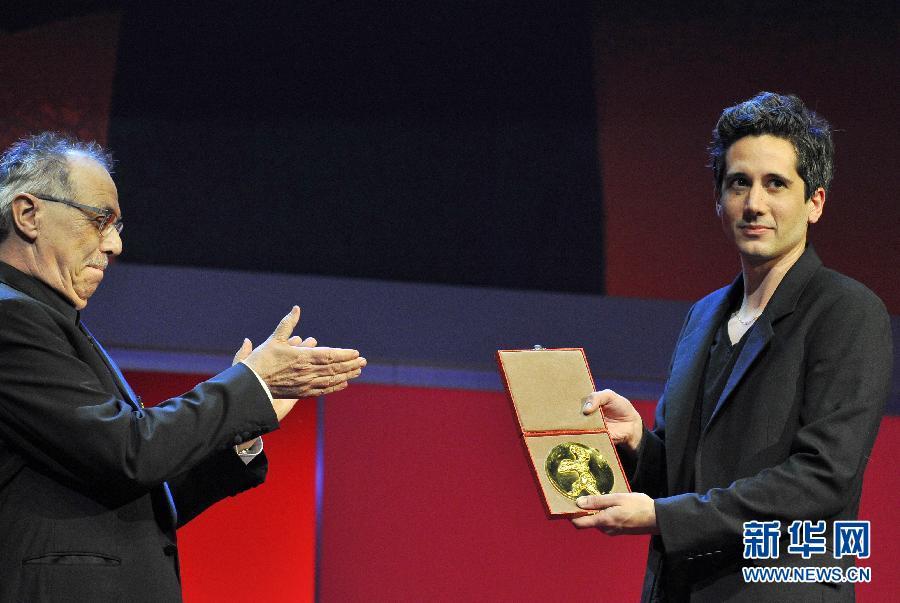 柏林电影节主席科斯里克(左)为影片《逃离》的导演让-贝尔南·马图片