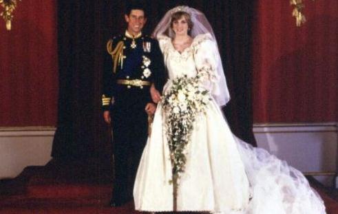 图为哈里王子的父母:查尔斯王储和已故的戴安娜王妃.-哈里王子将