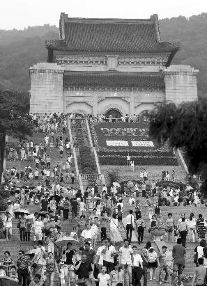 南京五景区昨迎客39.6万 不文明游人向湖里撒尿