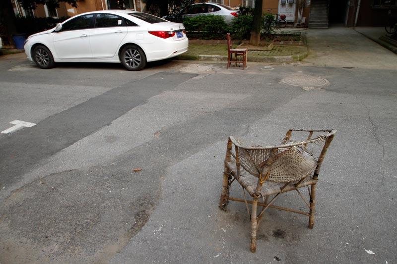 """80年代的住宅小区内停车位严重不足,私家车主们采用多种办法"""""""