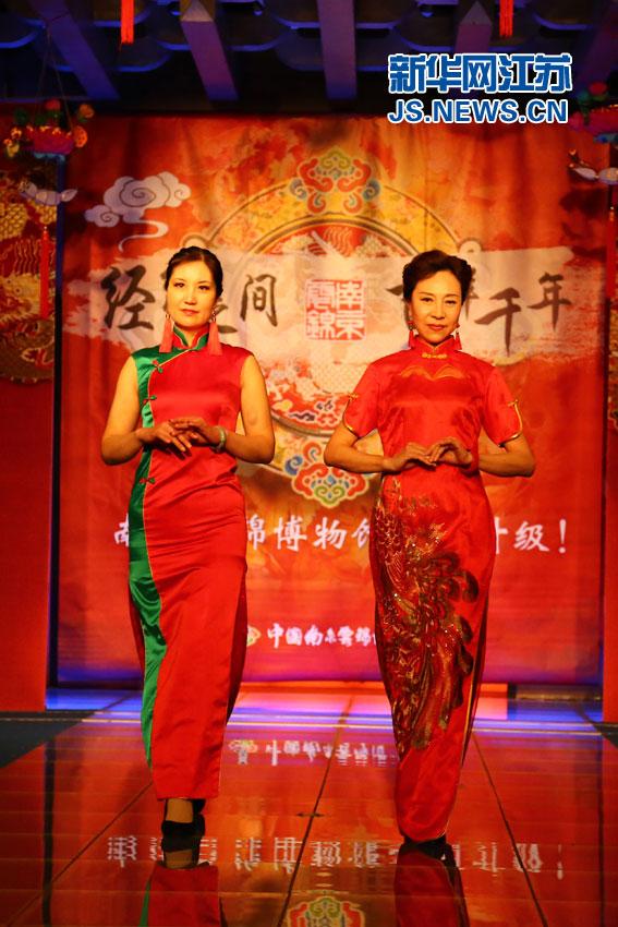 南京大妈模特队惊艳走秀 平均年龄55岁以上