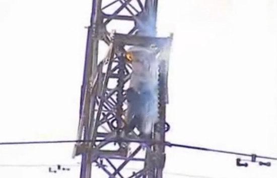 男子爬高压电塔求爱被电死 全身起火冒烟(图)