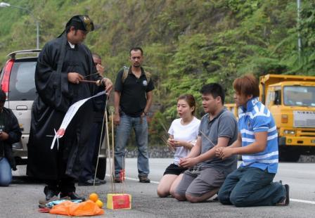 叶姓死者的家属在事故现场进行招魂仪式.(马来西亚《星洲日报》)图片