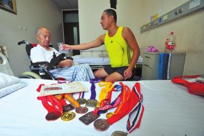 陶冉/男子在病房里照顾父亲。京华时报记者陶冉摄...