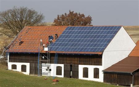 工人在屋顶上安装320平方米的太阳能电池板