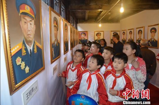 百名开国将军老红军肖像油画亮相四川旺苍红叶节