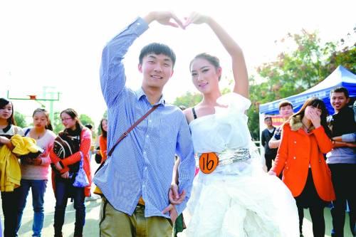 大学生用卫生纸做婚纱