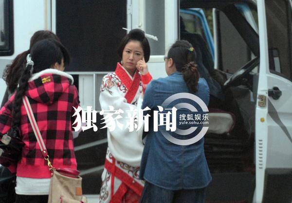 穿着一件奢华无比,花纹全部用手缝制的乳白色东汉贵族戏服,云鬓上插着
