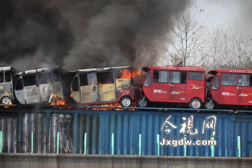 车载的电动三轮车被烧毁