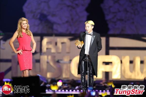 PARIS HILTON颁奖予G-DRAGON