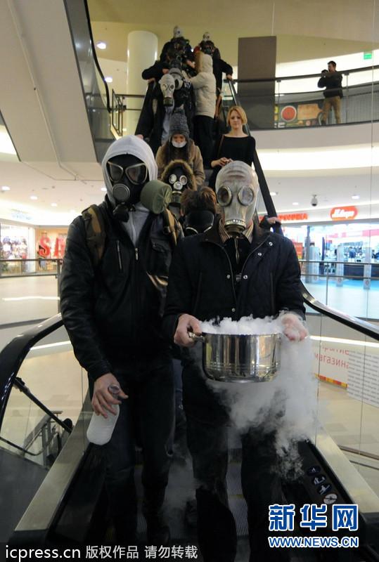 俄罗斯民众戴面具呼吁保护环境