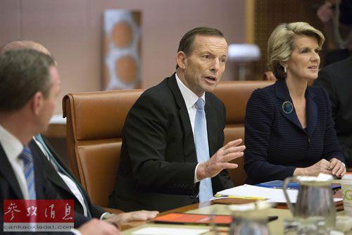 资料图片:9月18日,在澳大利亚首都堪培拉议会大厦,阿博特(中)召开宣誓就职总理后的第一次全内阁会议。新华社发
