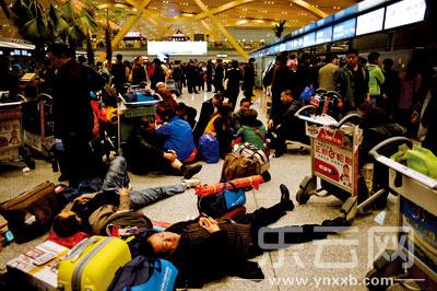 昨晚10时,值机大厅里依然热闹,有人焦急排队办手续,有人已经就地躺下。
