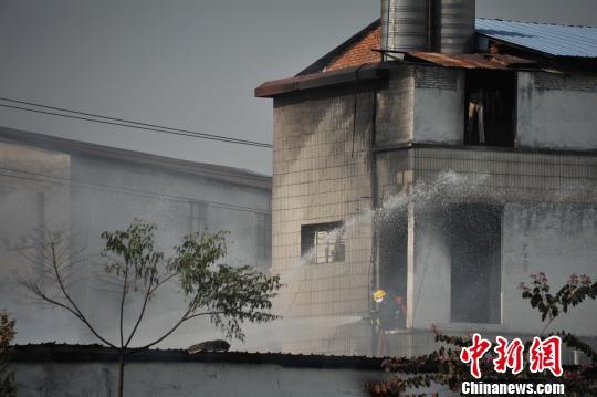 广州海珠区一仓库起火 现场伴有爆炸声