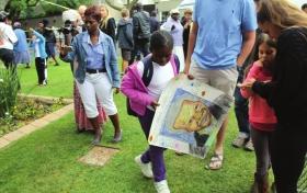12月6日,在南非约翰内斯堡,人们来到曼德拉故居前悼念。图/《南非华人报》提供