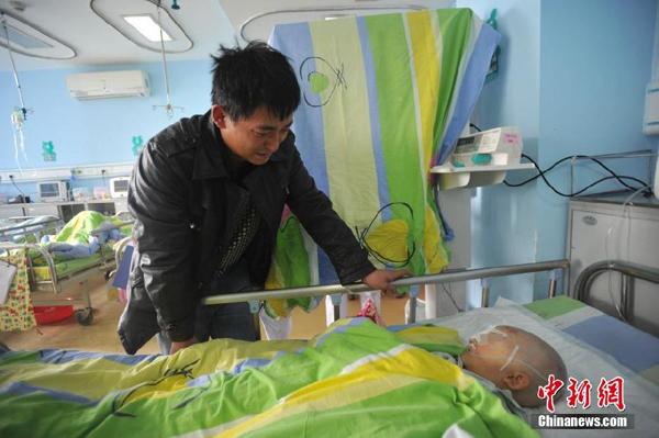 图为11月26日受害男婴正在重庆市为儿童医院接受治疗。中新社发钟欣摄