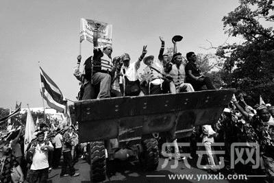 12月9日,在泰国曼谷,反政府示威者站在推土机上欢呼。新华社/路透